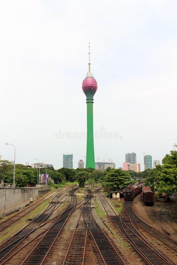 Traduzione: Colombo Lotus Tower, mentre un treno sta arrivando fotografia stock