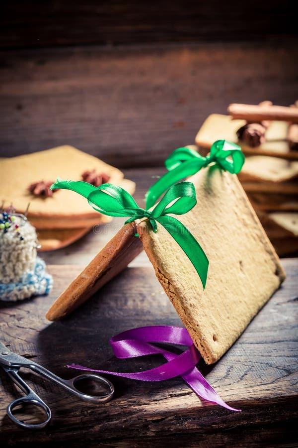 Tradycjonalnie piernikowa chałupa jako Bożenarodzeniowy prezent obrazy royalty free