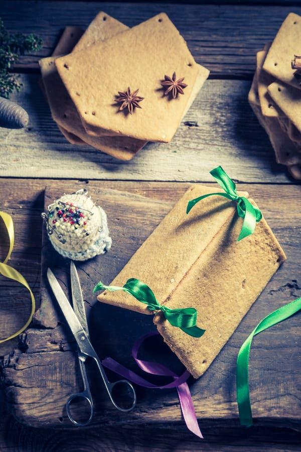Tradycjonalnie piernikowa chałupa jako Bożenarodzeniowy prezent na drewnianym stole zdjęcie stock