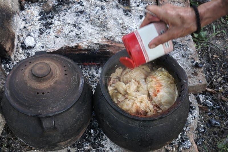 Tradycjonalnie poślubiający kapuścianego kucharstwo outdoors fotografia royalty free