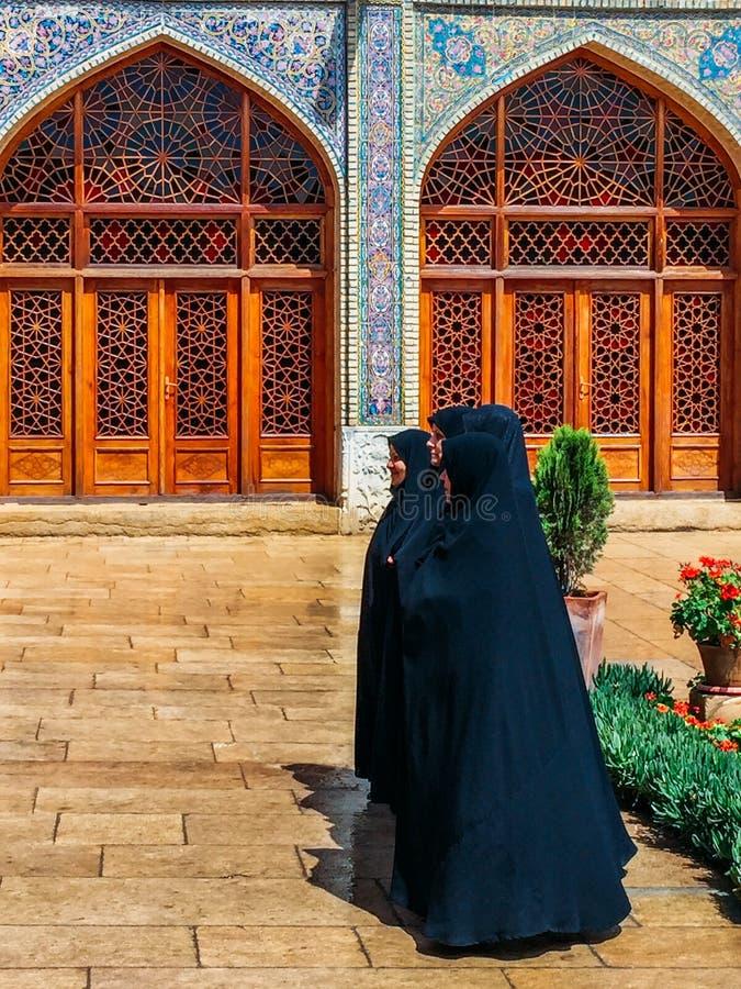 Tradycjonalnie ubierać Irańskie kobiety na zewnątrz Historycznego imama meczetu przy Naghsh-e Jahan kwadratem, Isfahan, Iran zdjęcie stock