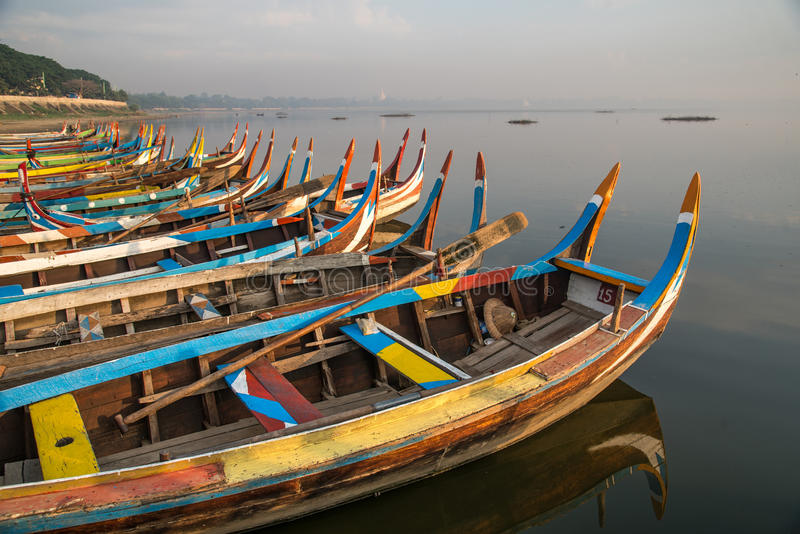 Tradycyjna łódź blisko U Bein mosta, Mandalay, Myanmar obrazy royalty free