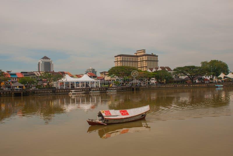 Tradycyjna łódź na Sarawak rzece od nabrzeża w Kuching mieście sarawak borneo Malezja obrazy stock