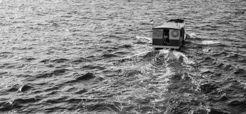 Tradycyjna łódź od plecy lub z behind wodną czochrą i czarny i biały stylem fotografia stock