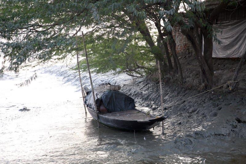 Tradycyjna łódź rybacka w delcie Ganges rzeka w Sundarbans w India obrazy stock