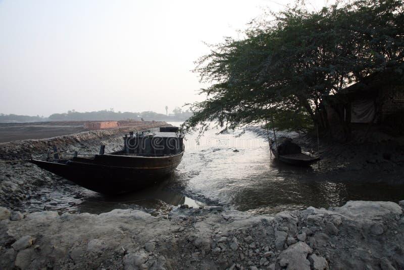 Tradycyjna łódź rybacka w delcie Ganges rzeka w Sundarbans dżungli, India obraz stock