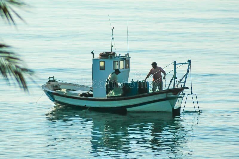 Tradycyjna łódź rybacka w morzu śródziemnomorskim zdjęcie royalty free