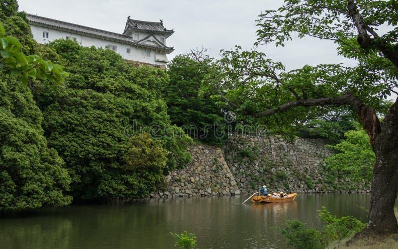Tradycyjna łódź z zwiedzającymi turystami i przewdonik w Wewnętrznej fosie Himeji Roszujemy Himeji, Hyogo, Japonia, Azja obraz royalty free