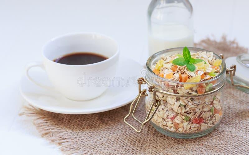 Tradycyjna śniadanie Świeżo warząca kawa, granola w słoju z mennicą, kawowy garnek, filiżanka, wysuszone owoc, candied owoc obraz royalty free
