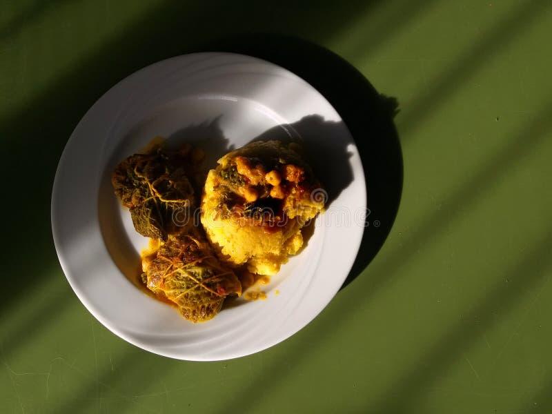 Tradycyjna żółta kukurydzanej mąki polenta z nosecc, kapust rolki od Bergamo, na stołowym tle - Północny Włochy typowy jedzenie obrazy stock