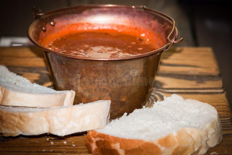 Tradycyjna apetyczna hungarian goulash polewka w kotle obraz stock