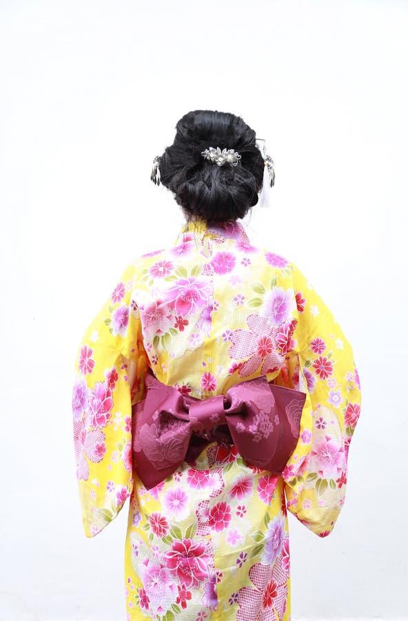 Tradycyjna Azjatycka Japońska kobieta z postacią przeglądać od behind na odosobnionym białym tle zdjęcie royalty free