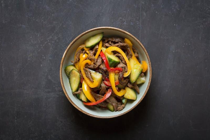 Tradycyjna azjatykcia sałatka przygotowywał z mięsem, cebulami i dzwonkowym pieprzem, Odgórny widok obrazy stock