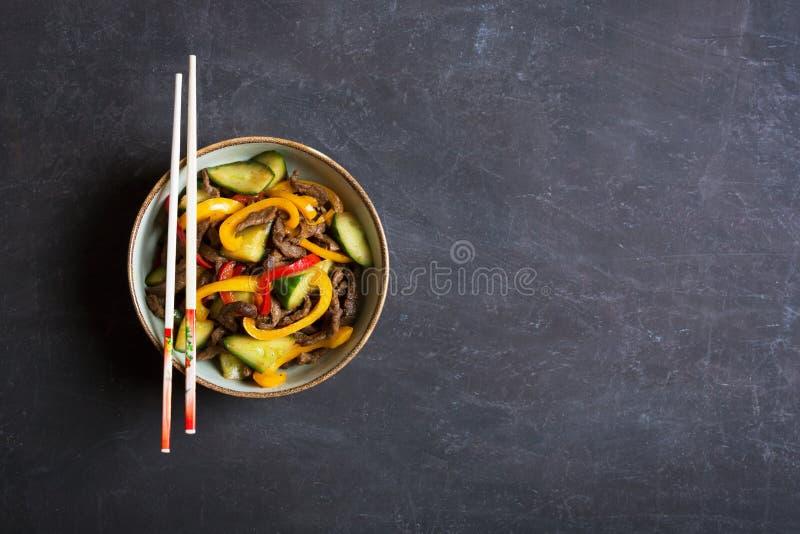 Tradycyjna azjatykcia sałatka z wołowiną i warzywami Odgórny widok zdjęcie royalty free