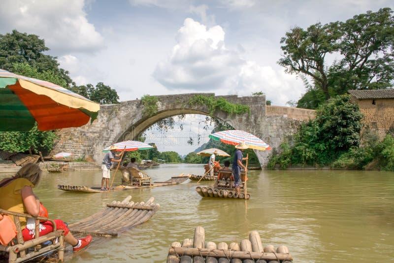 Tradycyjna bambusowa tratwa na Yulong rzece, Yangshuo, Guangxi, Chiny zdjęcia royalty free