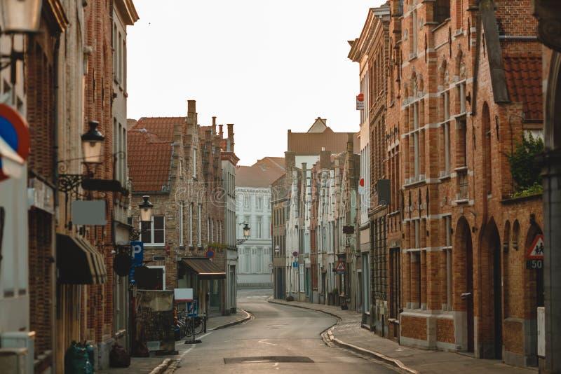 tradycyjna belgijska architektura na starej wąskiej ulicie w Bruges zdjęcia royalty free