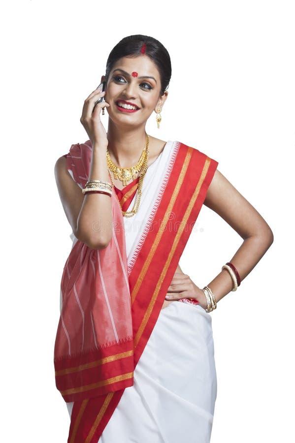 Tradycyjna Bengalska kobieta opowiada na telefonie komórkowym obrazy royalty free