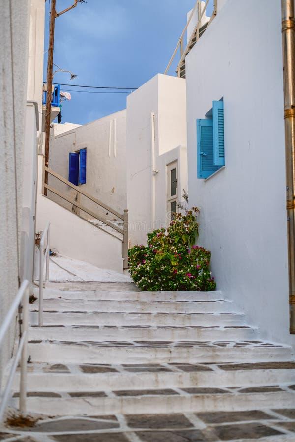 Tradycyjna Cyclades architektura na wyspie Paros, Naoussa wioska Grecja zdjęcia stock