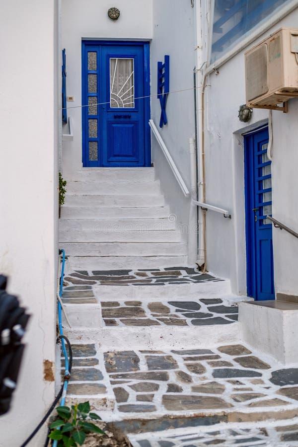 Tradycyjna Cyclades architektura na wyspie Paros, Naoussa wioska Grecja fotografia stock