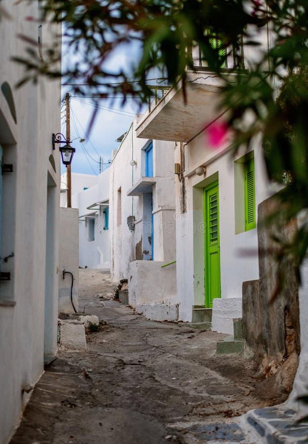 Tradycyjna Cyclades architektura na wyspie Paros, Naoussa wioska Grecja obraz royalty free