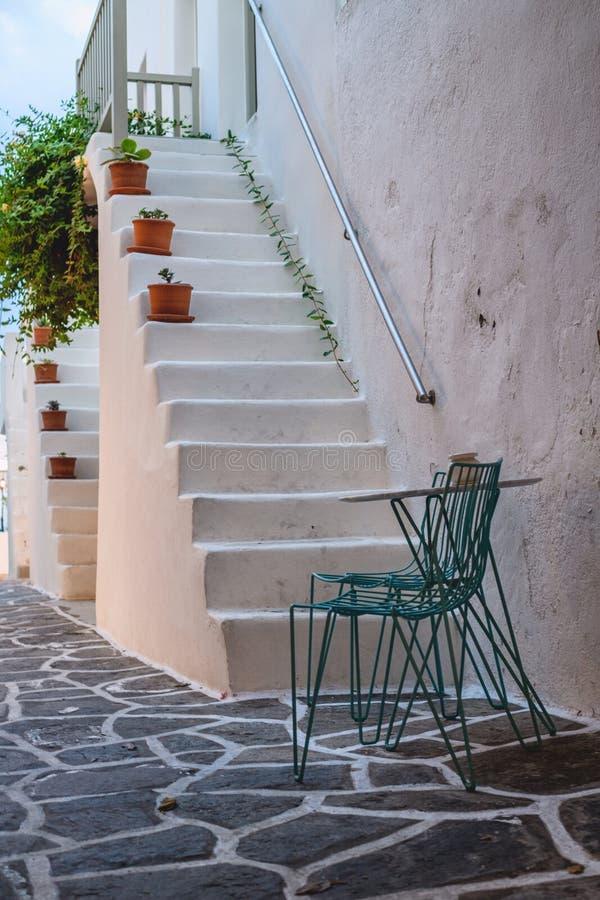 Tradycyjna Cyclades architektura na wyspie Paros, Naoussa wioska Grecja zdjęcia royalty free