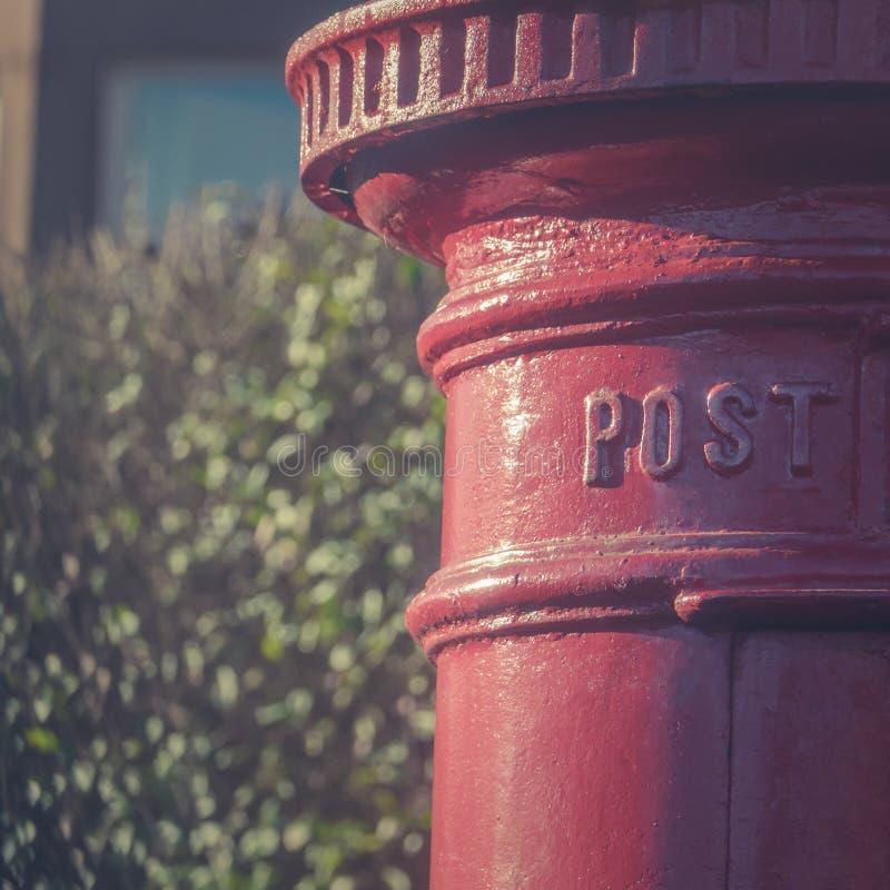Tradycyjna Czerwona filaru pudełka poczta kropla w Mieszkaniowej ulicie wewnątrz obrazy stock