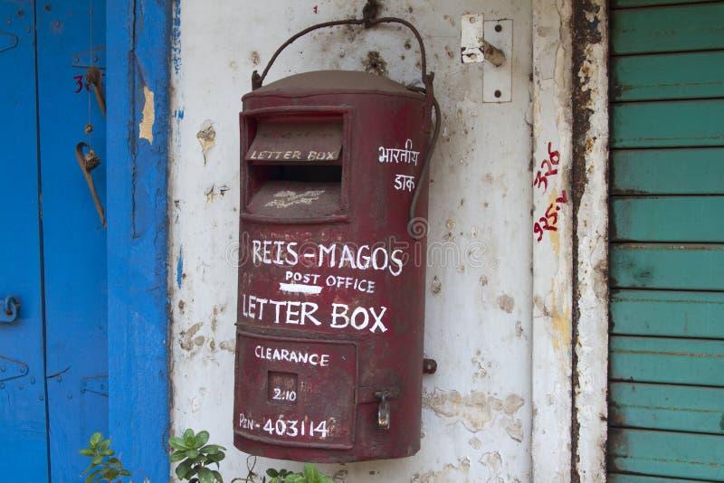 Tradycyjna czerwona stara Indiańska skrzynka pocztowa India goa obrazy royalty free