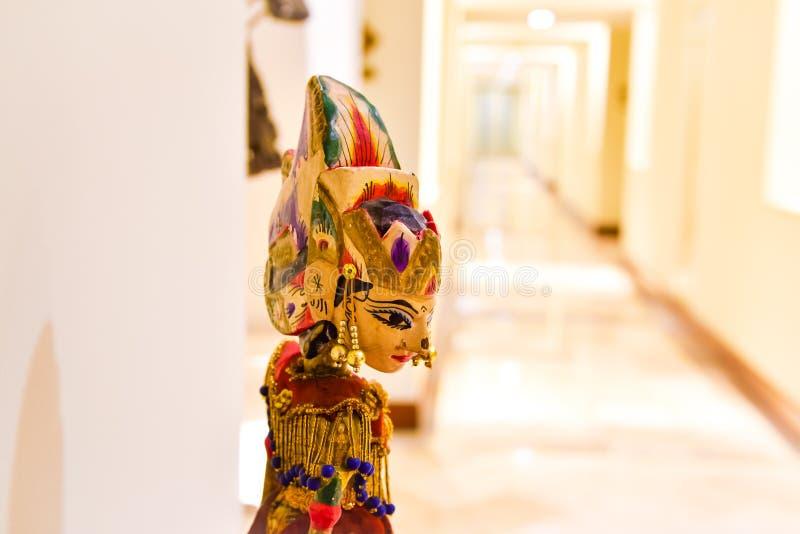 Tradycyjna drewniana kukła tajemnicza królowa z bogactw jewelleries i ornamentami obrazy royalty free