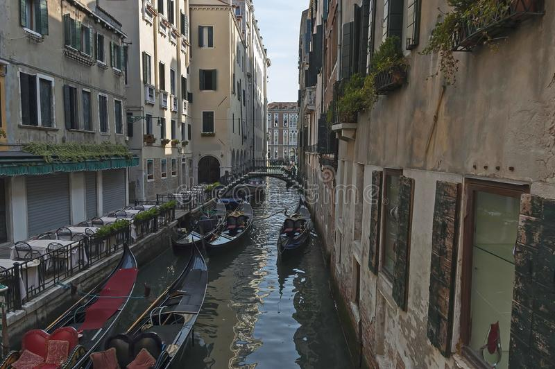 Tradycyjna gondoli przejażdżka w małym kanale przy mieszkaniowym okręgiem dziejowi budynki i most, Venezia, Wenecja, Włochy obraz stock