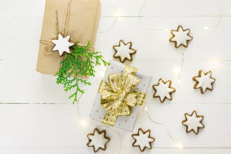 Tradycyjna gwiazda kształtujący niemiec cynamonowi ciastka z zamrażać złotego lekkiego girlanda prezenta pudełko w rzemiośle i sr zdjęcie stock