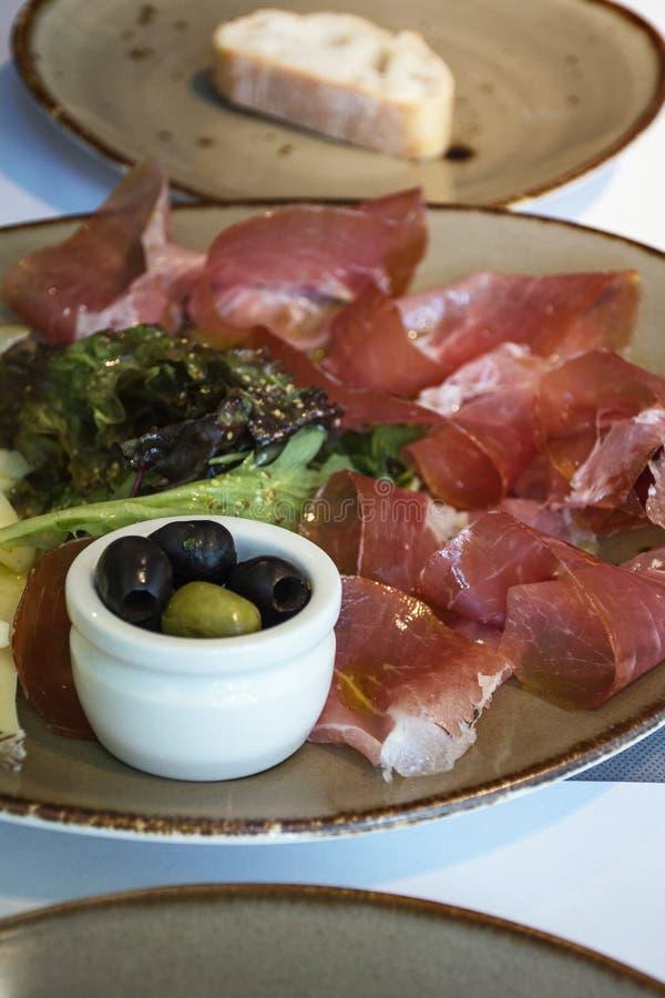 Tradycyjna hiszpańska przekąska - jamon i oliwki obraz stock