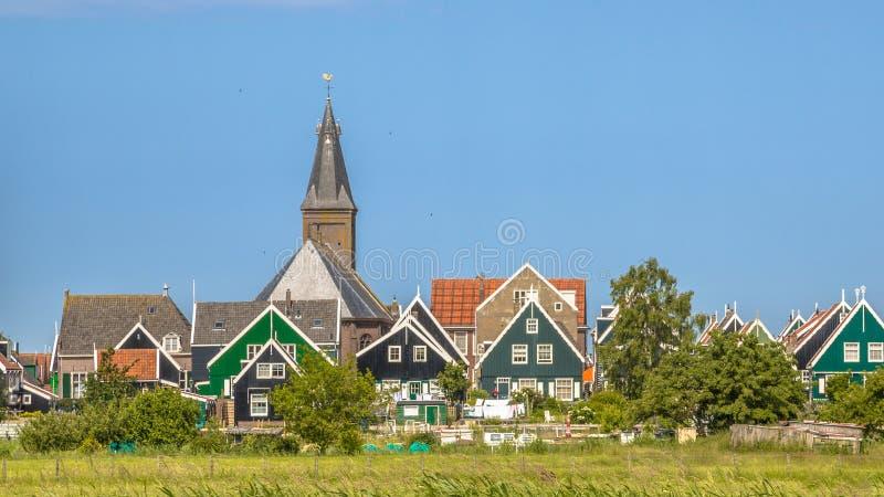 Tradycyjna holenderska wioska z z kolorowymi domami i kościół zdjęcia royalty free