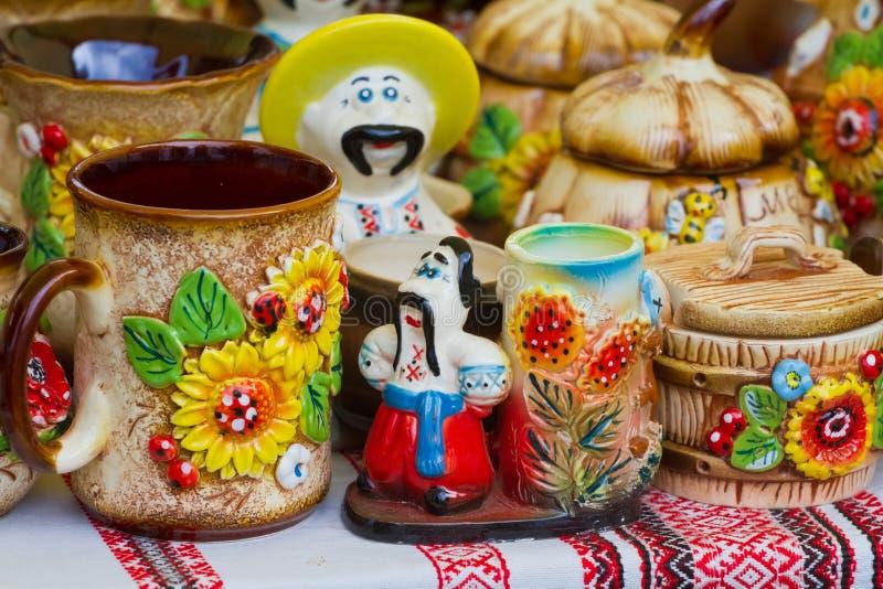 Tradycyjna i nowożytna stylowa handmade ceramiczna gliniana pamiątka rzuca kulą z handpainted humorystycznymi postaciami Ukraińsc obraz royalty free
