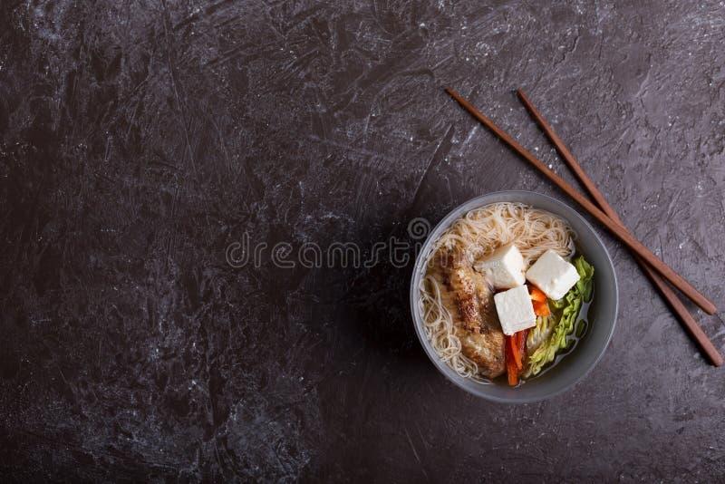 Tradycyjna korzenna azjatykcia polewka z tofu kluskami i serem zdjęcia stock