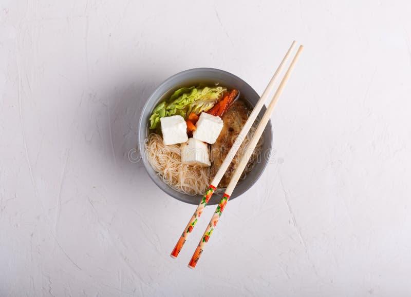 Tradycyjna korzenna azjatykcia polewka z tofu kluskami i serem Biały tło obrazy stock