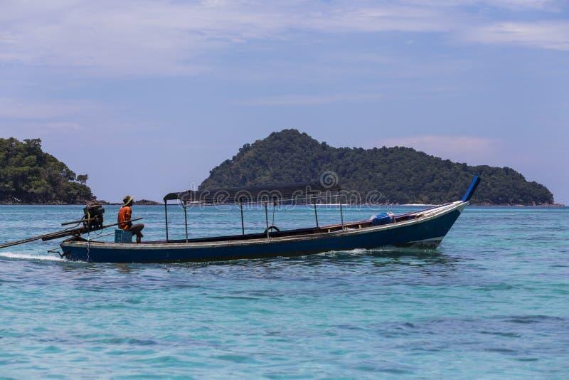 Tradycyjna longtail łódź Moken przy Surin wyspą (denny gypsy) zdjęcie stock