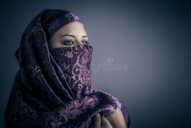 Tradycyjna, Młoda Arabska kobieta. Elegancki portret obraz royalty free