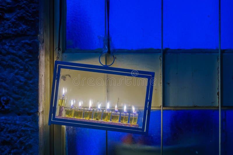 Tradycyjna Menorah Hanukkah lampa z oliwa z oliwek świeczkami, Jerozolima obrazy stock