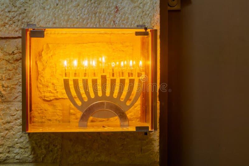 Tradycyjna Menorah Hanukkah lampa z oliwa z oliwek świeczkami, Jerozolima obrazy royalty free