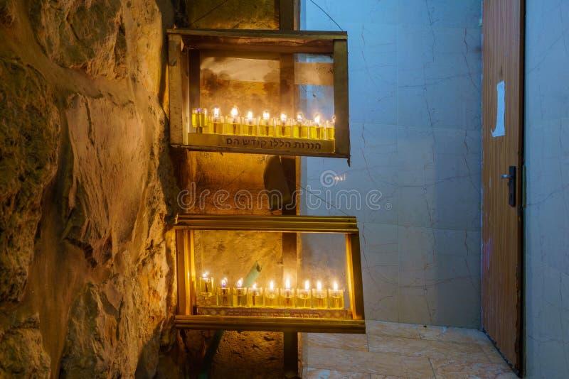 Tradycyjna Menorah Hanukkah lampa z oliwa z oliwek świeczkami, Jerozolima zdjęcia stock