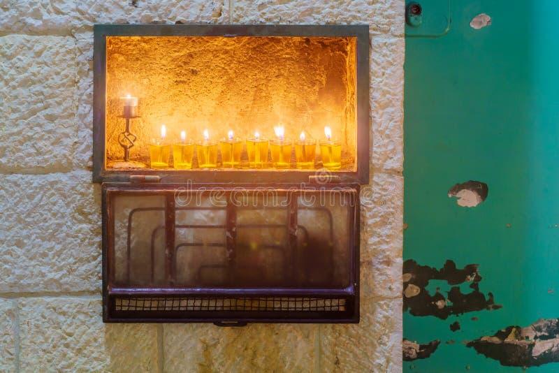 Tradycyjna Menorah Hanukkah lampa z oliwa z oliwek świeczkami, Jerozolima obraz royalty free