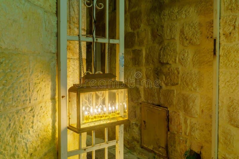 Tradycyjna Menorah Hanukkah lampa z oliwa z oliwek świeczkami, Jerozolima obraz stock