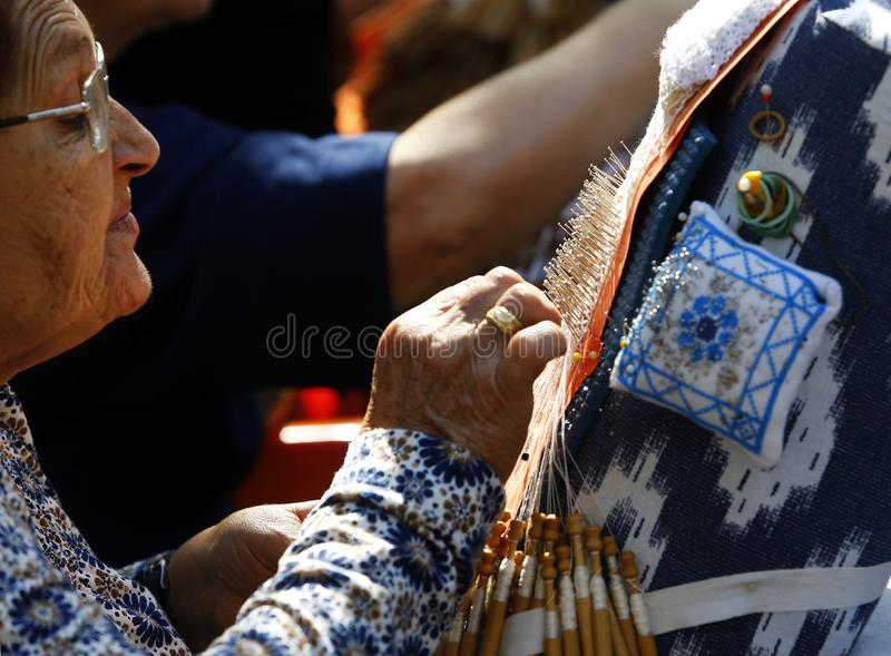 Tradycyjna nić handcrafted bobiny koronki bocznego widoku tekstylny szczegół obraz stock