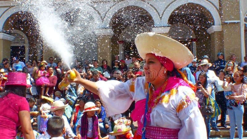 Tradycyjna parada podczas karnawału Kobieta tancerz rozpyla pianę na everyone obrazy royalty free