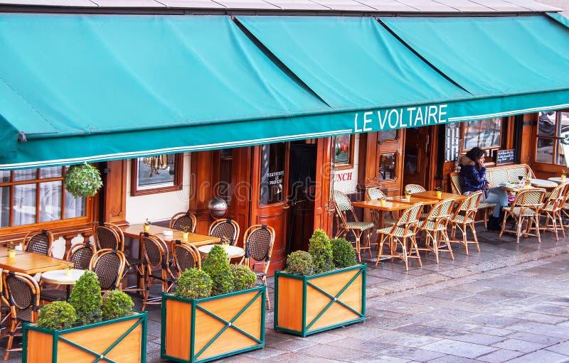 Tradycyjna parisian kawiarnia wymieniająca po francuskiego pisarza Voltaire zdjęcia stock