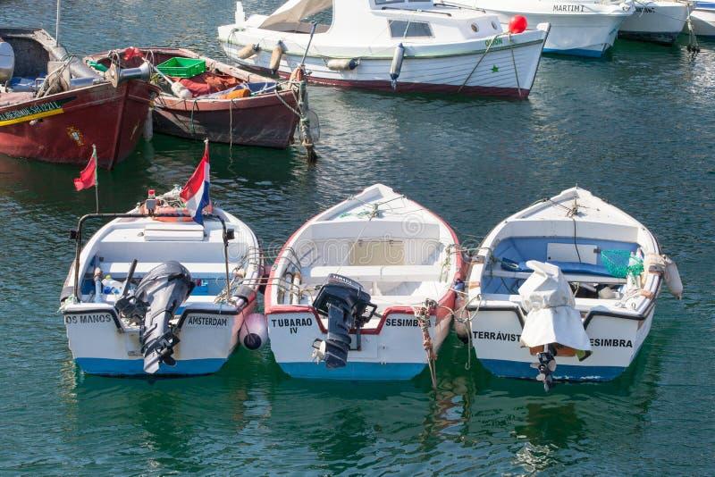 Tradycyjna portugalczyk łódź rybacka w Sesimbra schronieniu zdjęcie royalty free