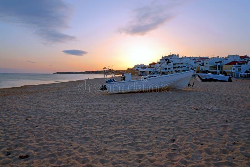 Tradycyjna rybak łódź na plaży w Armacao De Pera Portugalia przy zmierzchem fotografia stock