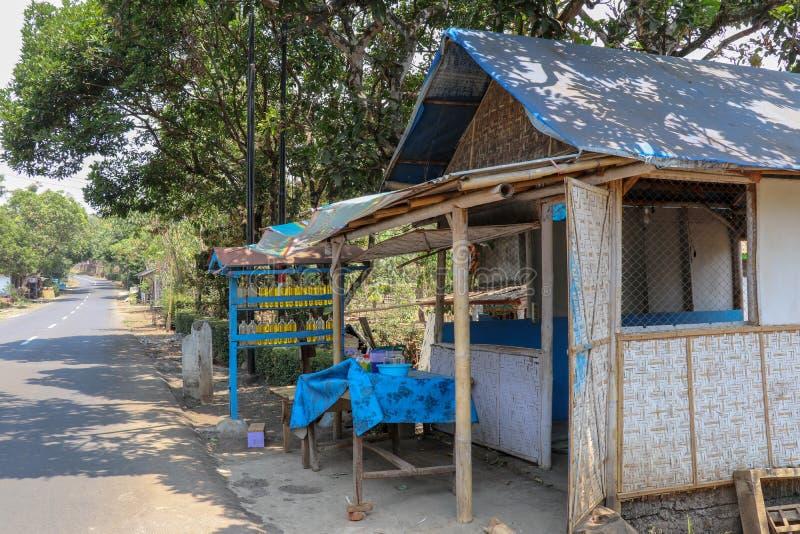 Tradycyjna stacja gazowa na wyspie Java w Indonezji Podpórka drewniana z benzyną w szklanych litrach butelkach gotowych do sprzed zdjęcia stock