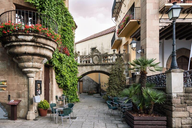 Tradycyjna stara Hiszpańska ulica z pięknymi balkonami i łukami w Barcelona miasteczku, Hiszpania zdjęcie stock