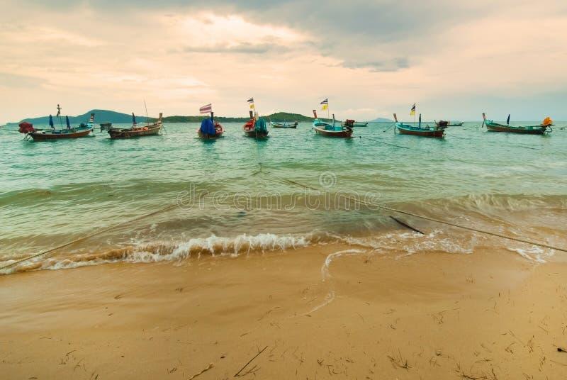 Tradycyjna Tajlandzka Longtail rybaka łódź na plaży obrazy stock